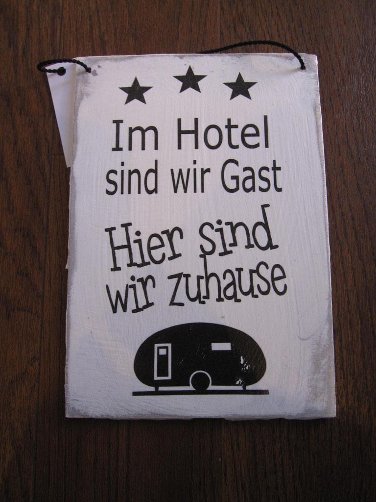 Shabby Chic Schild: Im Hotel sind wir Gast, hier sind wir ...